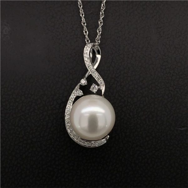 Freshwater Pearl And Diamond Pendant Gerald's Jewelry Oak Harbor, WA
